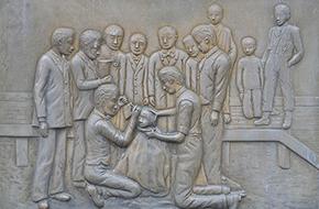 毘沙門沼入口の「日本赤十字社平時災害救護発祥の地」の碑
